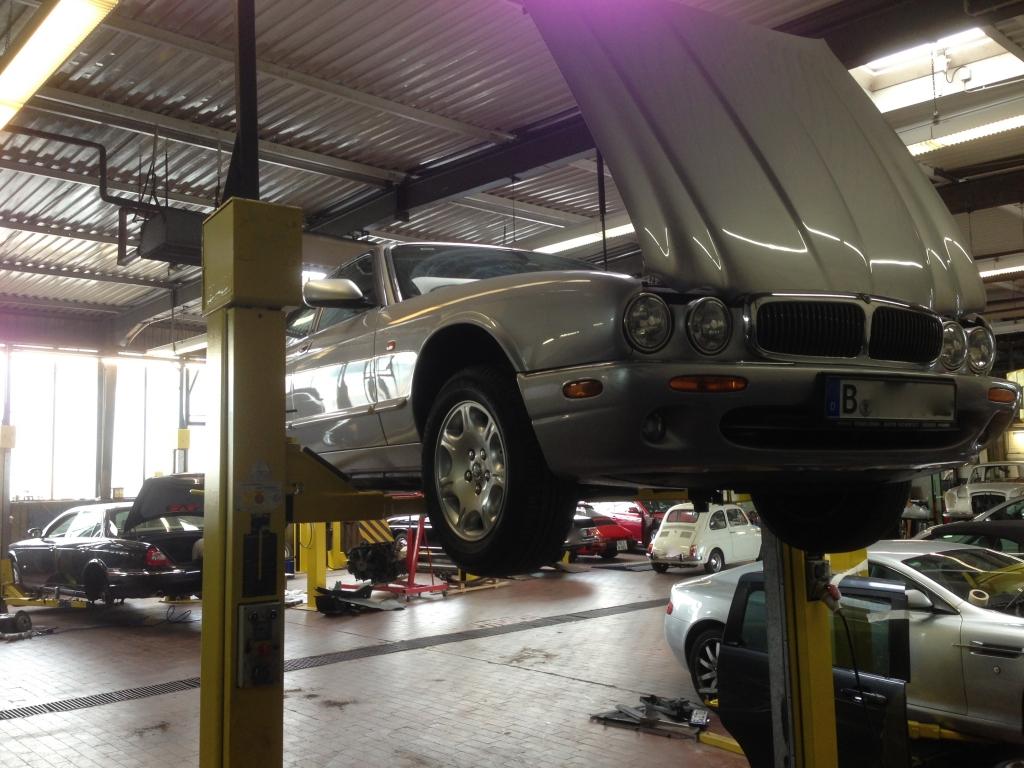 Jaguar, Aston Martin und ein Fiat Bambino