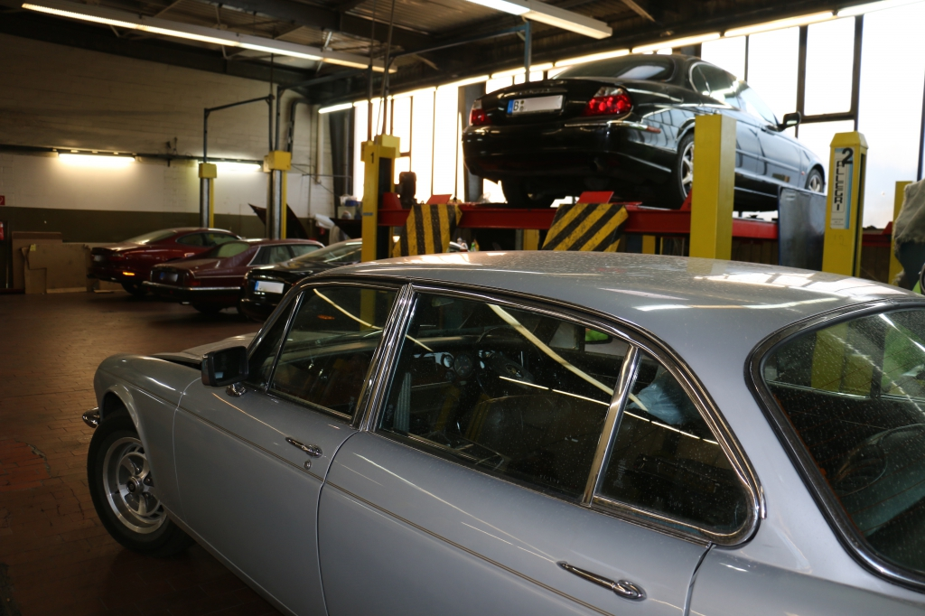 Jaguar in der Werkstatthalle